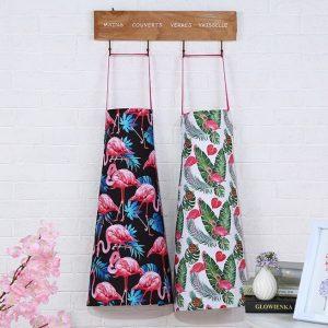 tablier-flamant-rose-motif-a-repetition-avec-feuilles