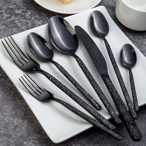 menagere-moderne-de-couleur-noire