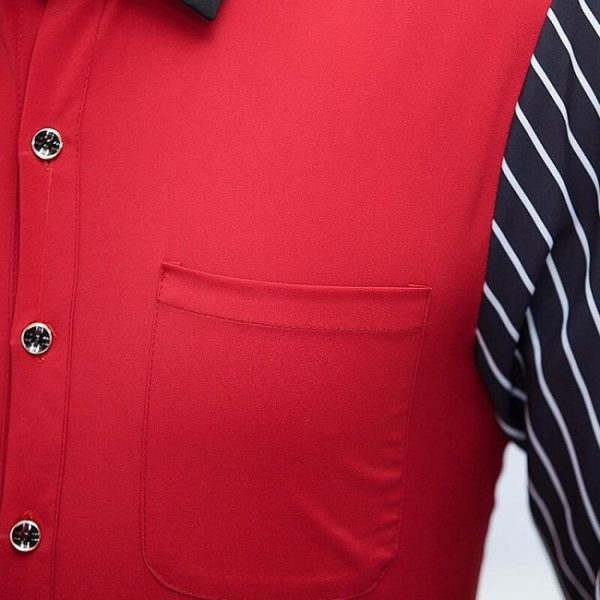 zoom-sur-le-tablier-serveur-de-couleur-rouge