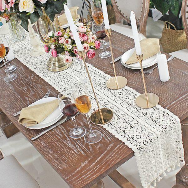 chemin_de_table_dentelle_ivoire_en_coton_sur_table_en_bois